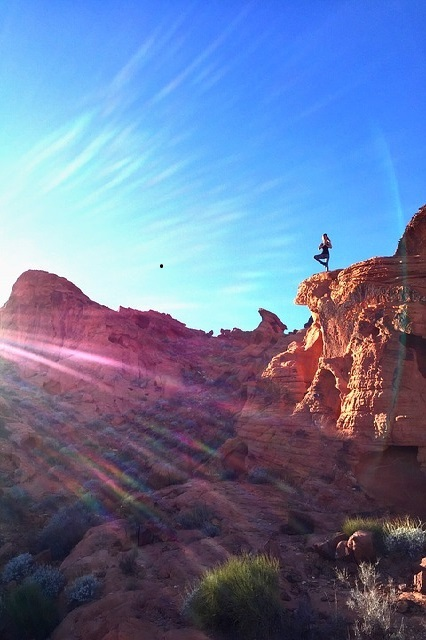 yoga op rotspunt woestijn